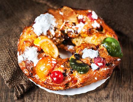 La fruta confitada es común a los dulces navideños de muchos países, como el Bolo Rei portugués.