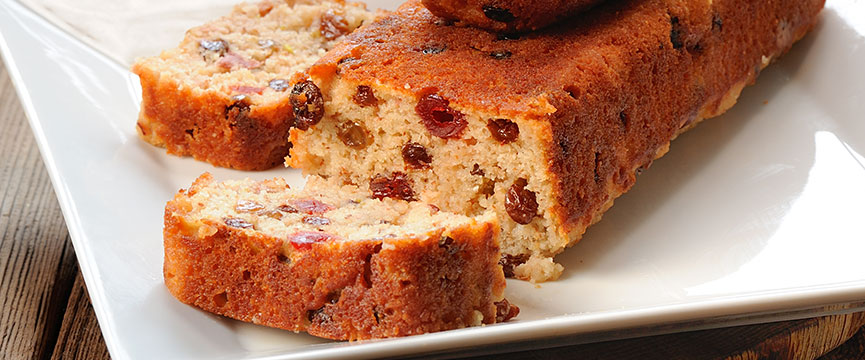 Cubitos de fruta confitada y pasas en plum-cake de pastelería industrial.