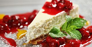 Cheesecake con cerezas confitadas, uno de los referentes de las tartas con frutas confitadas a nivel mundial.