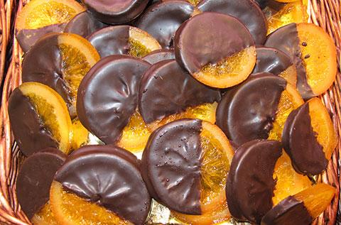 Creación artesana: nuestras rodajas de naranja confitada con chocolate.