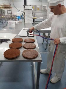 Application of glucose syrup on sacher cake