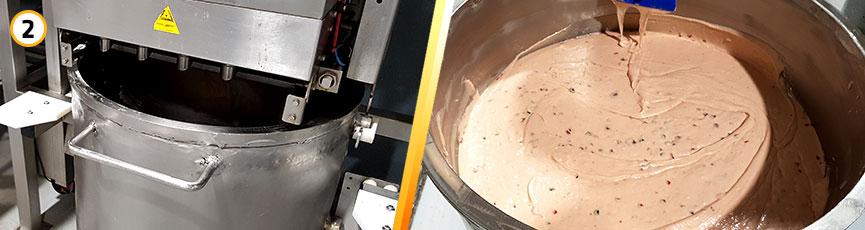 Preparación de plum cake: se baten los ingredientes para hacer una masa consistente.